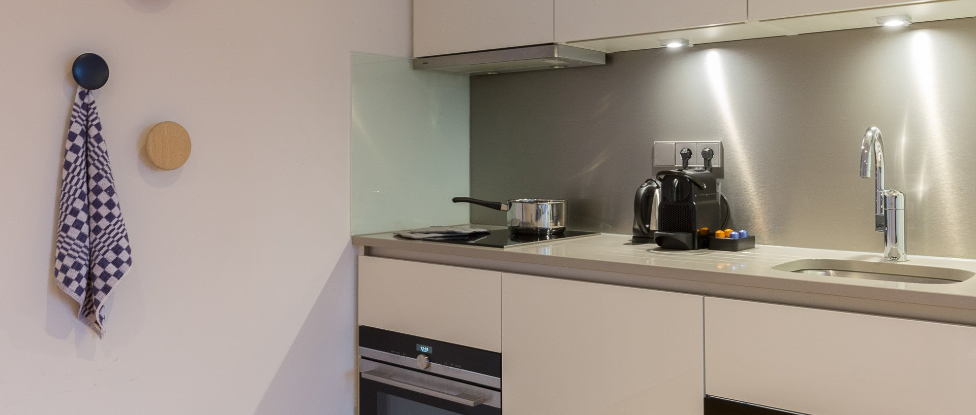Kitchenette at PREMIER SUITES PLUS Rotterdam